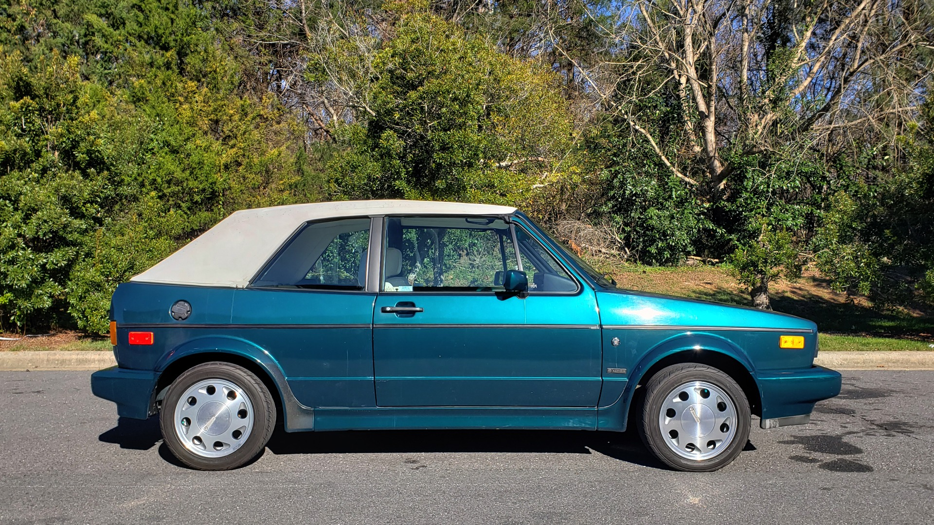 Used 1992 Volkswagen CABRIOLET 5-SPEED MAN / 4-CYL / AIR / 94K MILES / VERY CLEAN for sale Sold at Formula Imports in Charlotte NC 28227 28