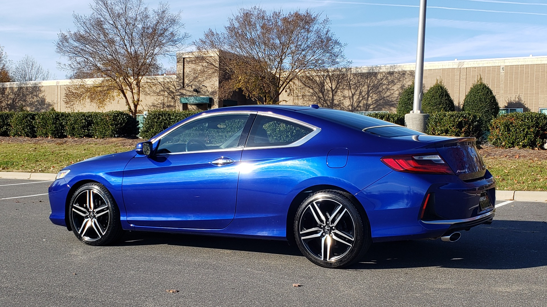 Used 2017 Honda ACCORD COUPE TOURING V6 / 2-DR / NAV / SUNROOF / LANEWATCH / CMBS for sale Sold at Formula Imports in Charlotte NC 28227 4