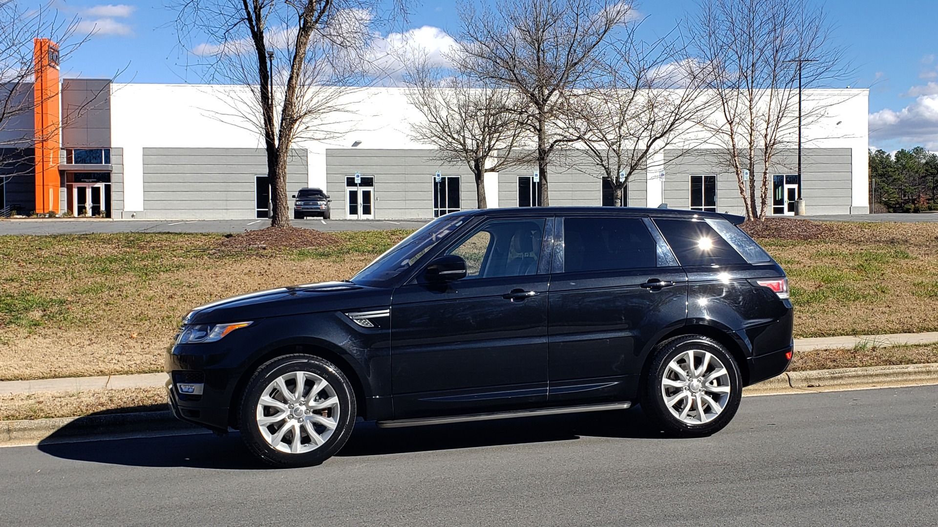 Used 2015 Land Rover RANGE ROVER HSE / 3.0L SC V6 / 8-SPD AUTO / NAV / PANO ROOF / REARVIEW for sale Sold at Formula Imports in Charlotte NC 28227 2