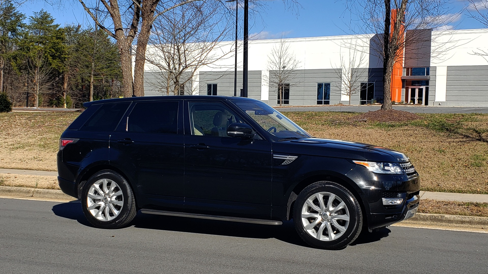 Used 2015 Land Rover RANGE ROVER HSE / 3.0L SC V6 / 8-SPD AUTO / NAV / PANO ROOF / REARVIEW for sale Sold at Formula Imports in Charlotte NC 28227 6