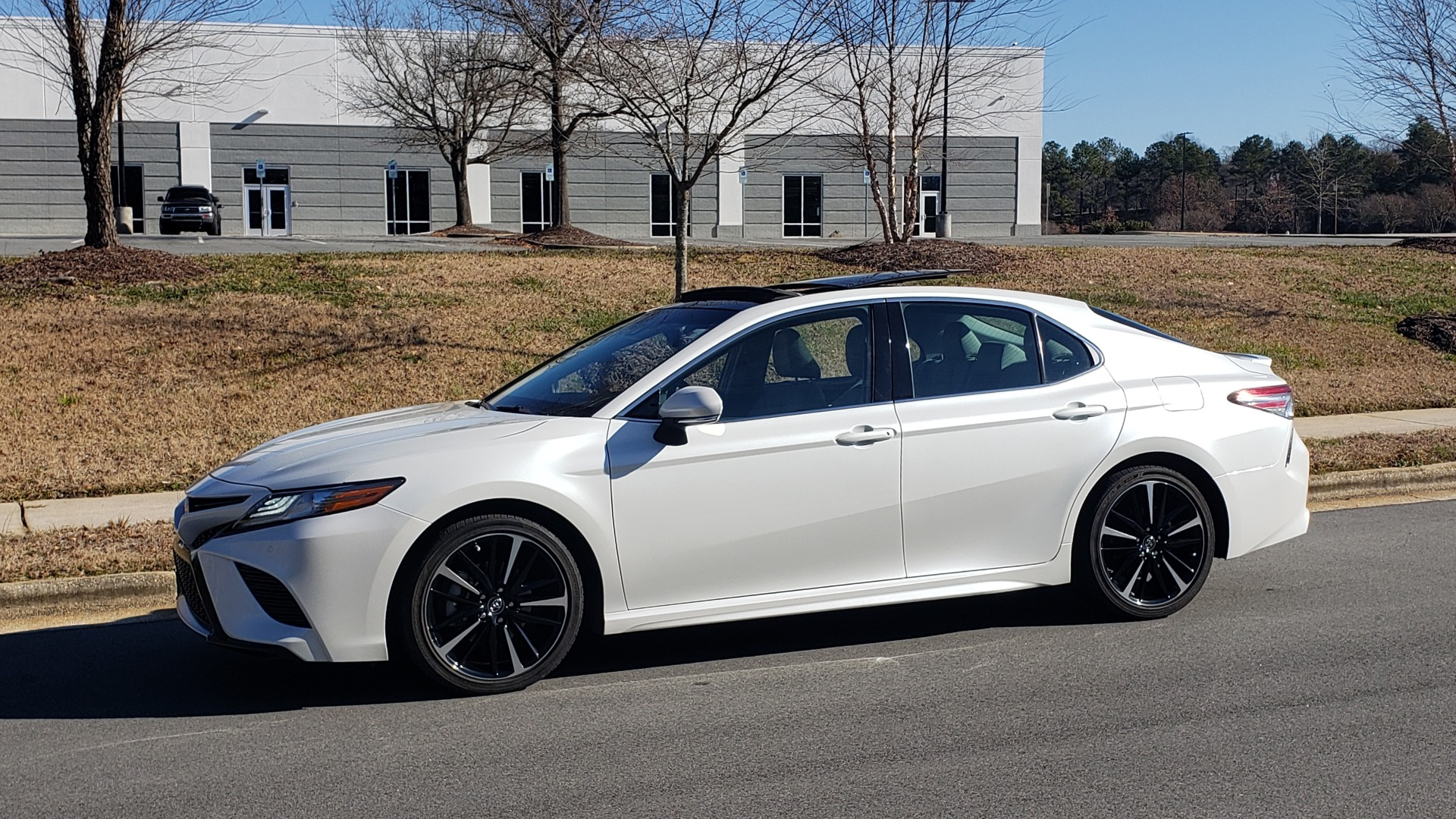 Used 2018 Toyota CAMRY XSE 2.5L SEDAN / 8-SPD AUTO / PANO-ROOF / 19IN WHEELS for sale $22,995 at Formula Imports in Charlotte NC 28227 2