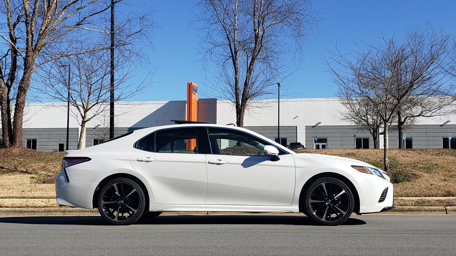 Used 2018 Toyota CAMRY XSE 2.5L SEDAN / 8-SPD AUTO / PANO-ROOF / 19IN WHEELS for sale $22,995 at Formula Imports in Charlotte NC 28227 6